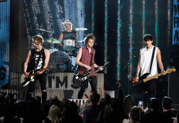 5-seconds-of-summer-perform-at-the-2014-billboard-music-awards-in-may
