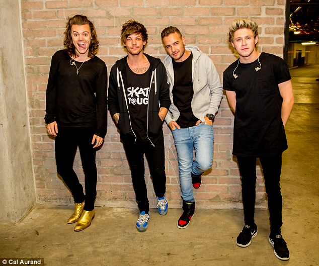 2746DE0C00000578-3025437-Moving_on_One_Direction_pose_for_their_first_official_photos_as_-a-62_1428183887343 (1)