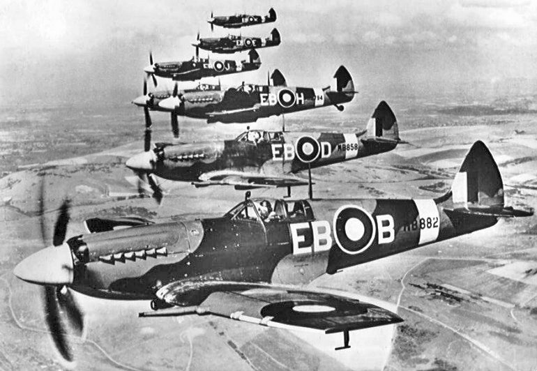 Supermarine_Spitfire_F_Mk_XIIs_of_41_Sqn